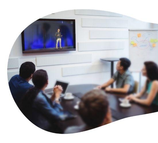 Evento em broadcast em sala de reunião