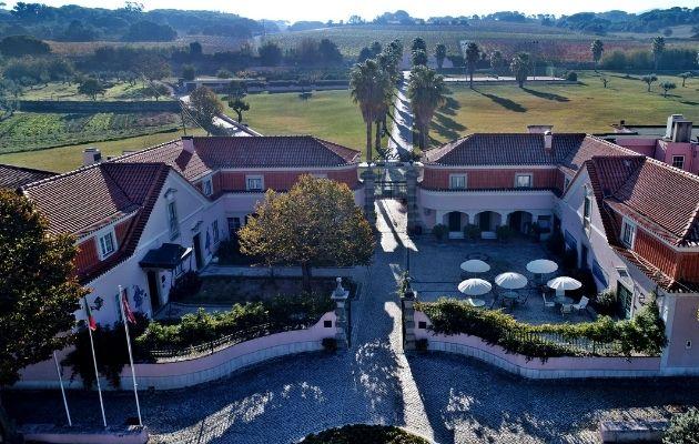 Vista aérea da entrada e quinta do Hotel Club d'Azeitão