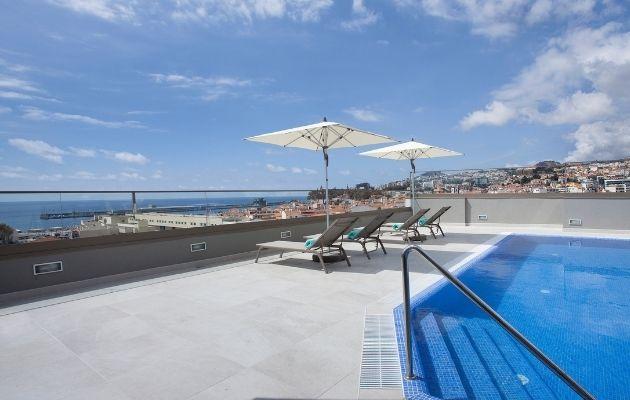 Rooftop do Turim Santa Maria hotel, com piscina, chapéus de sol e espreguiçadeiras