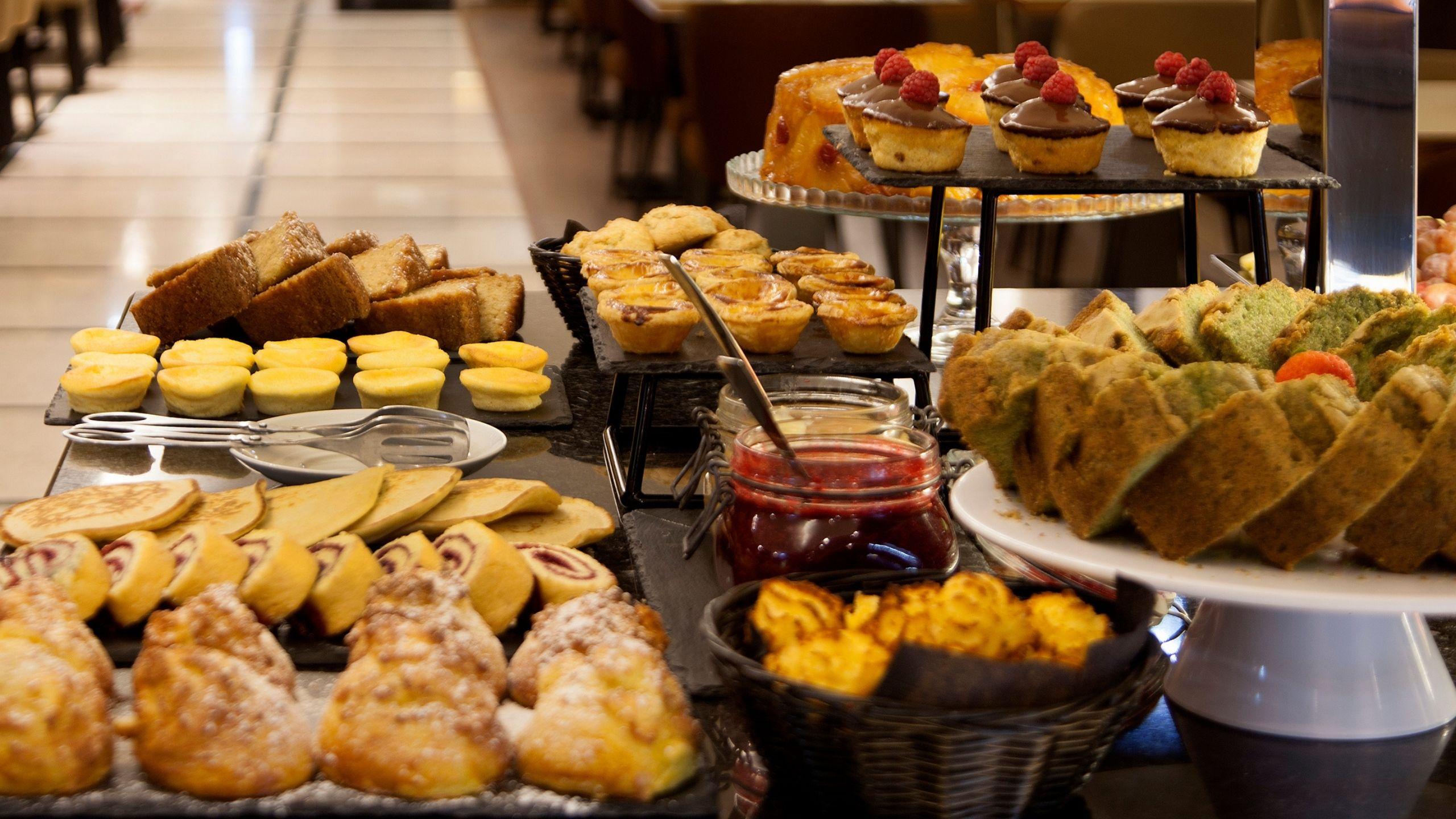 Pequeno almoço com bolos e doces