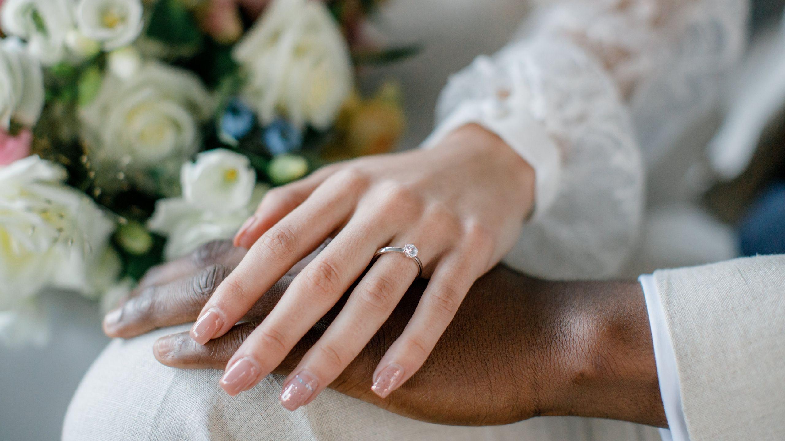 Mãos de noivos com anel de noivado