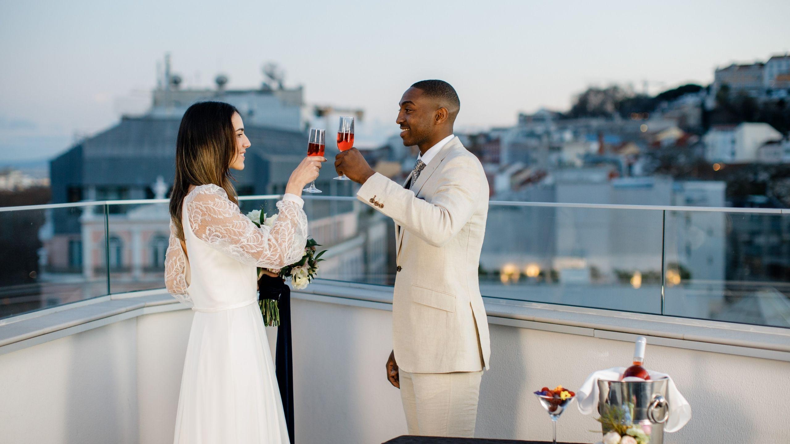 Noivos no rooftop do Turim Boulevard Hotel a brindar