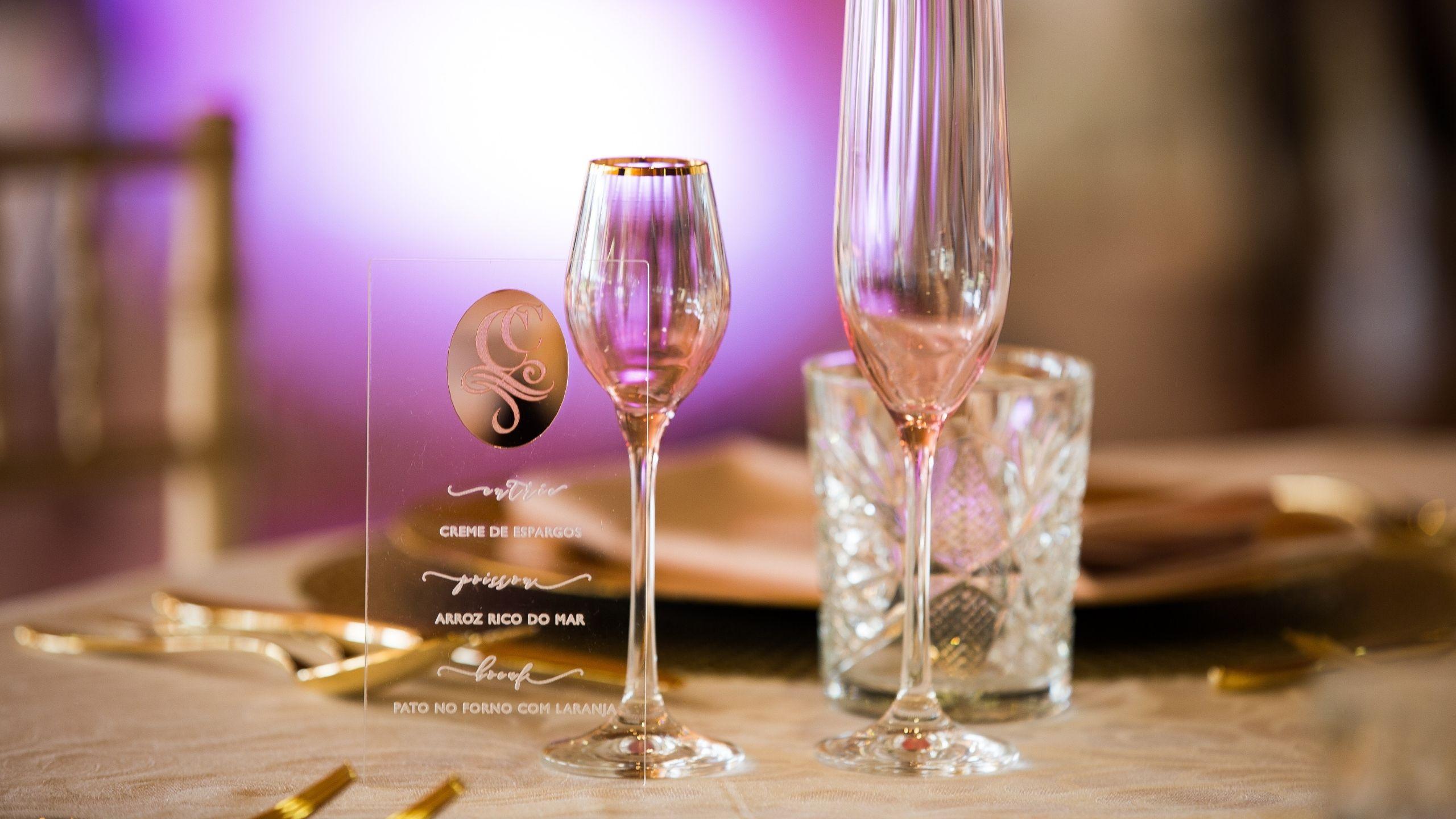 Detalhe de mesa de casamento com copos e pratos