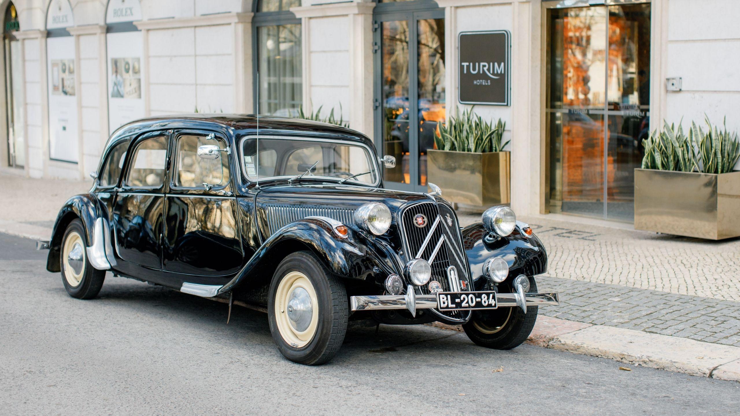 Carro antigo à porta do Turim Boulevard