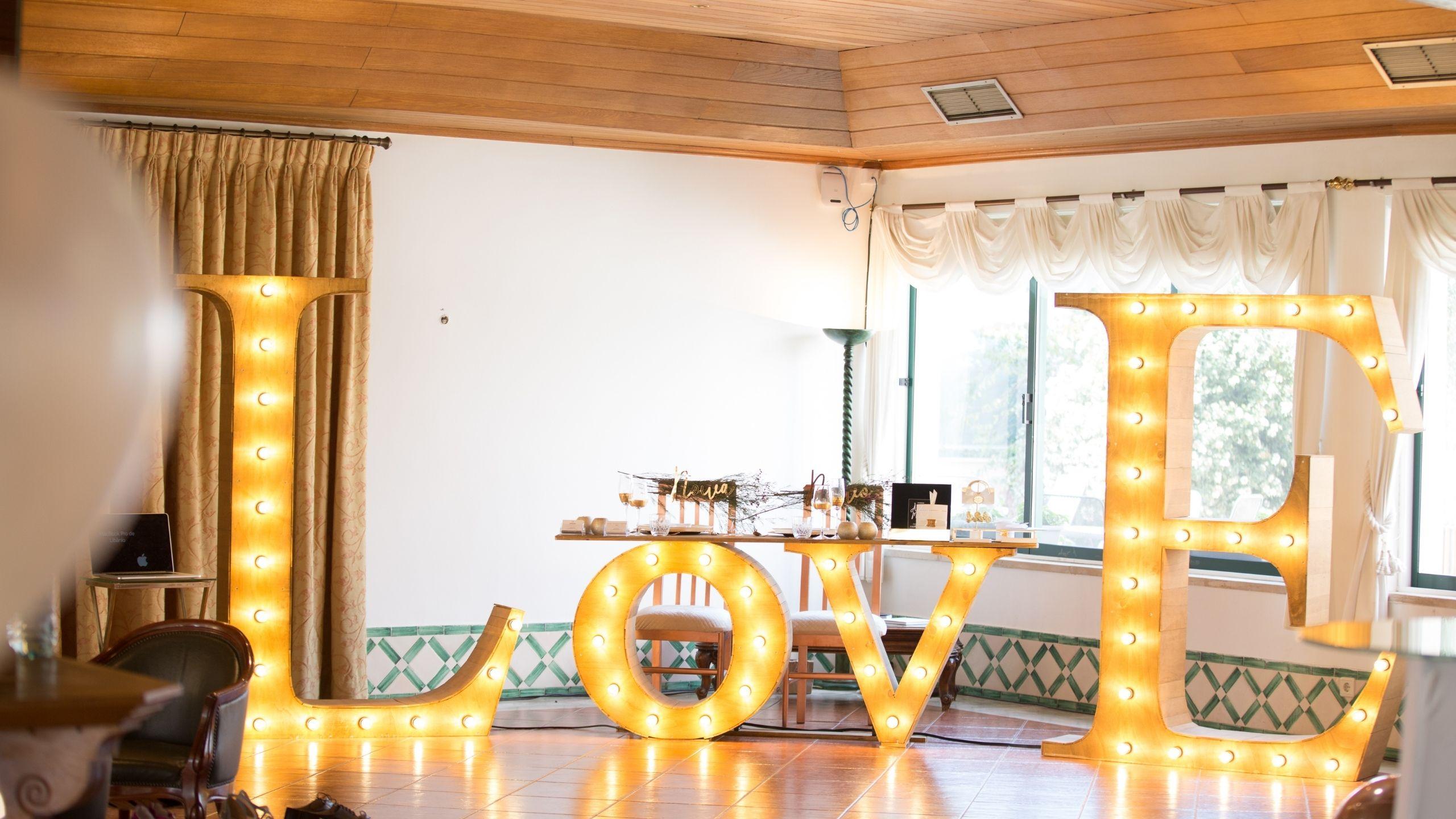 Letras LOVE numa sala de eventos