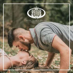 Casal a dar um beijo na relva